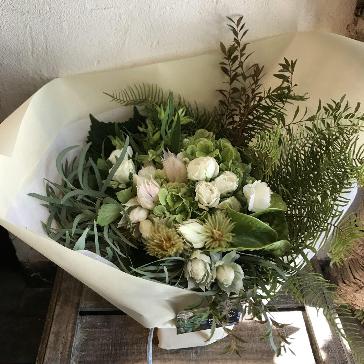 ユーカリと季節のグリーンをたっぷりあしらった花束(¥5000)