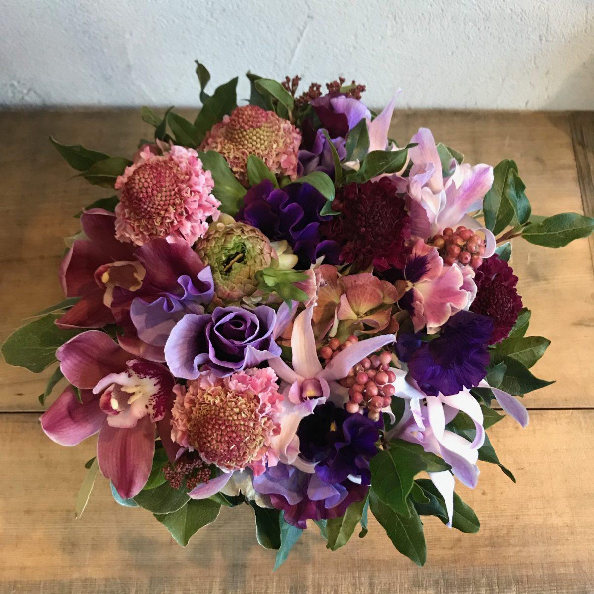 深みのある色が落ち着きのあるピンク系アレンジメント(¥5000)