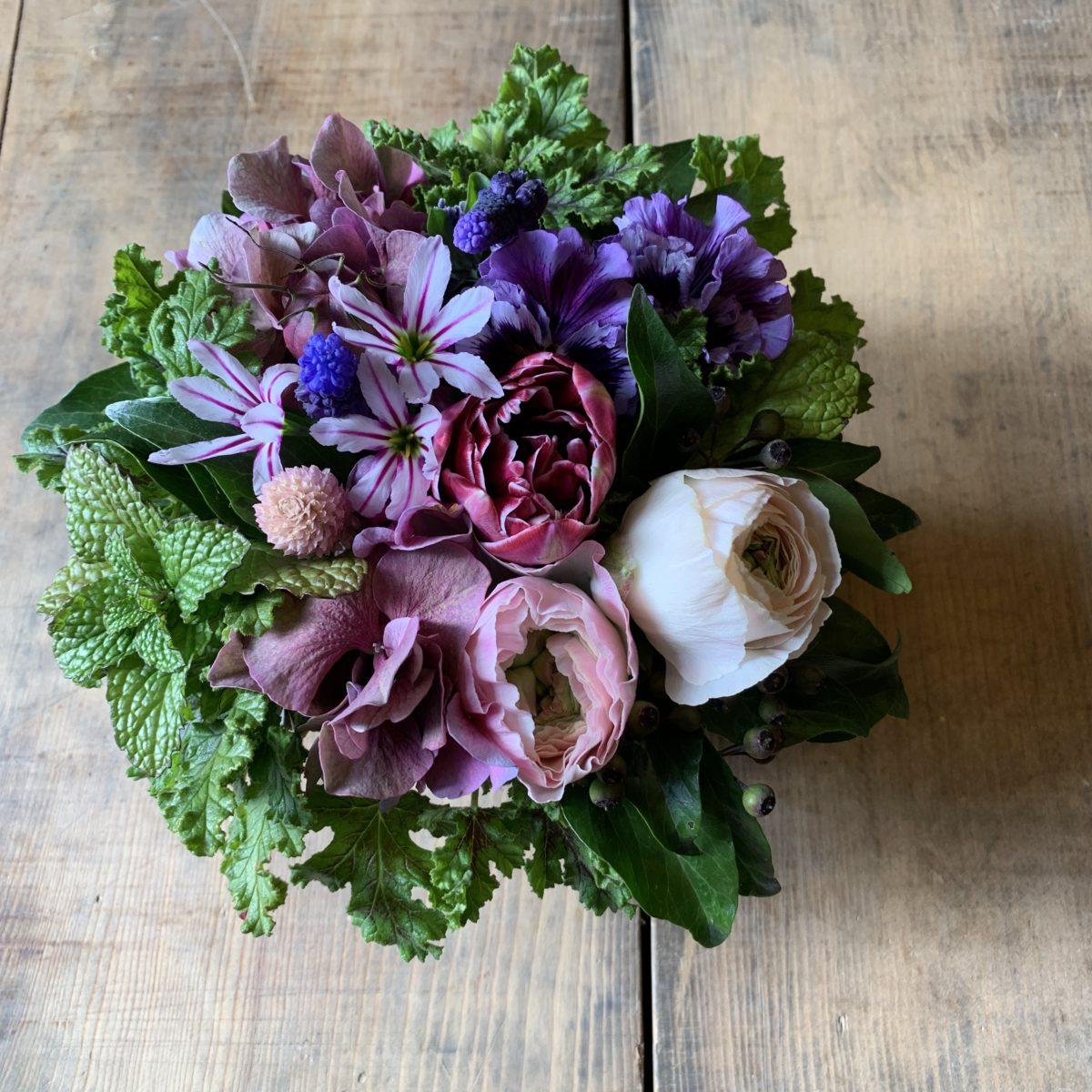 シックな春の小花アレンジメント(¥3500)