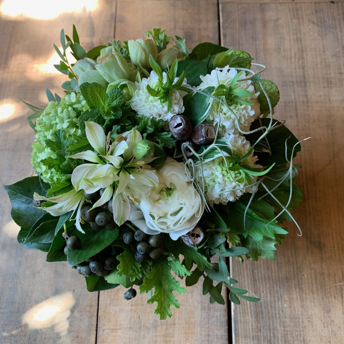 ホワイト系の春の草花アレンジメント(¥3500)