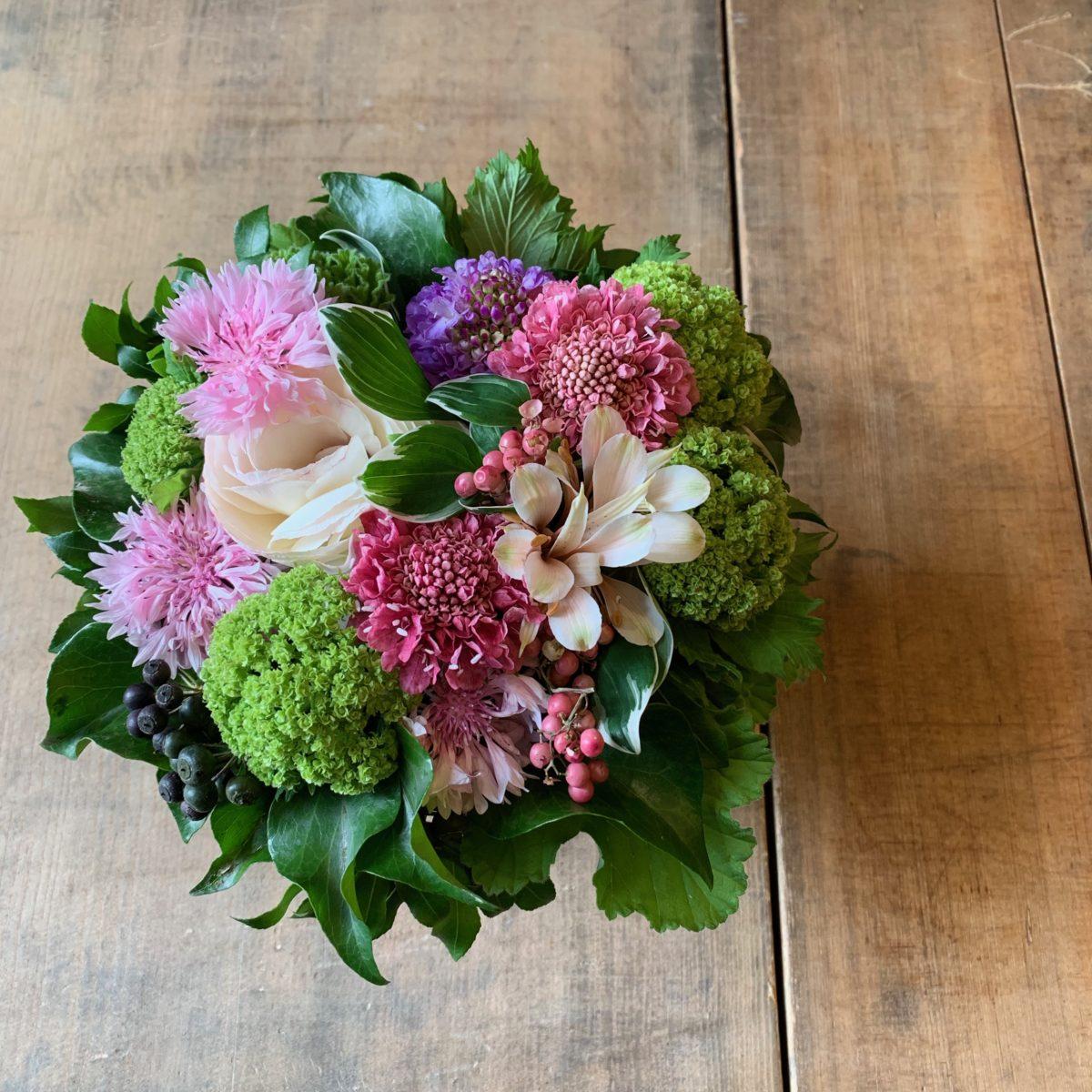 春の小花で彩るアレンジメント(¥3500)