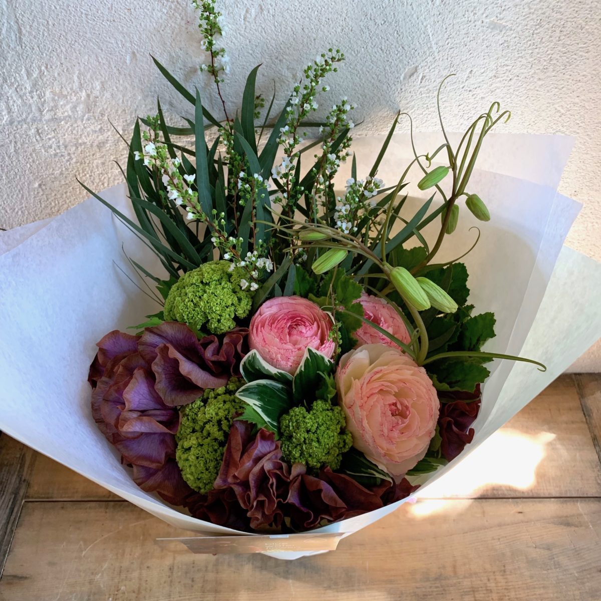 ピンクとシックな色合いの花束(¥3500)