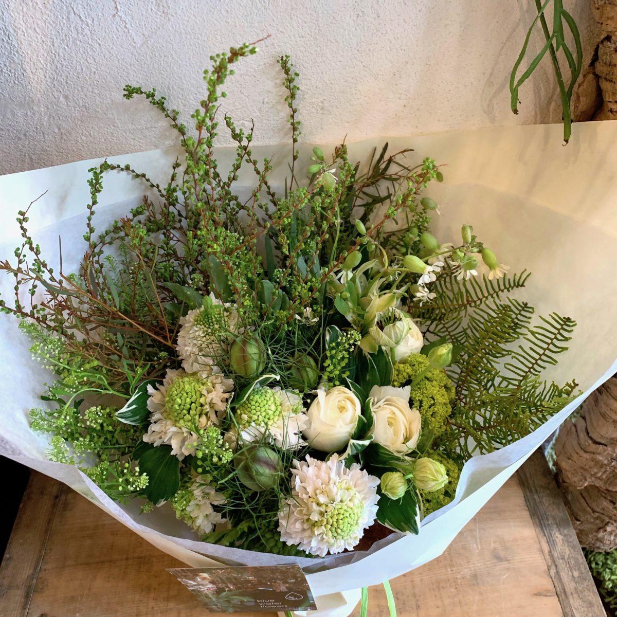 季節のグリーンとホワイトの花束(¥8000)