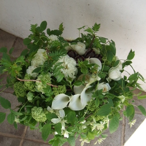 ホワイトのお花がグリーンに隠れたアレンジメント(¥8000)
