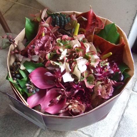 クラシックなボルドーカラーの花束(¥8000)