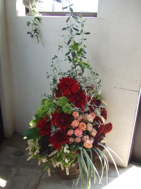 赤いダリアとアンスリュームのアレンジメント(¥15000)