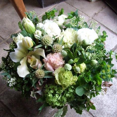 蘭の花が個性的なホワイトのアレンジメント(¥10000)