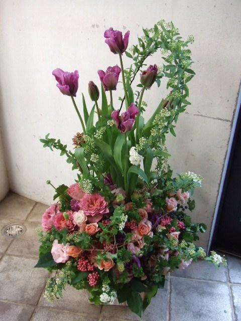 紫とピンクの動きをつけたアレンジメント(¥20000)