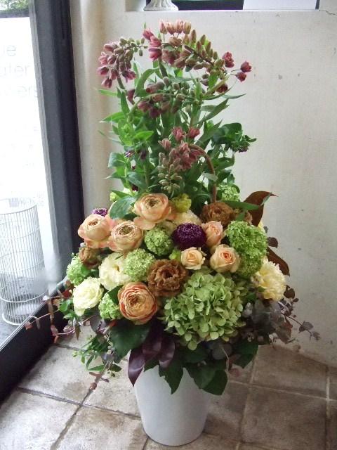 個性的な花材でまとめるアレンジメント(¥30000)