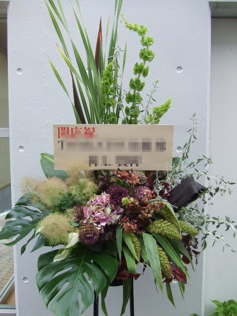 ダークブラウンのスタンド花(¥17000)