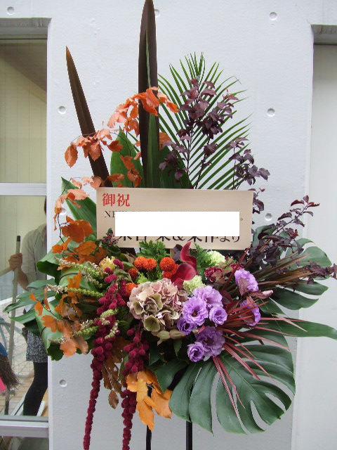 ライラック色とオレンジが映えるスタンド花(¥25000)
