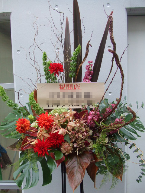 赤とブラウンのスタンド花(¥30000)
