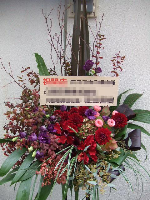 真紅のダリアが際立つスタンド花(¥30000)