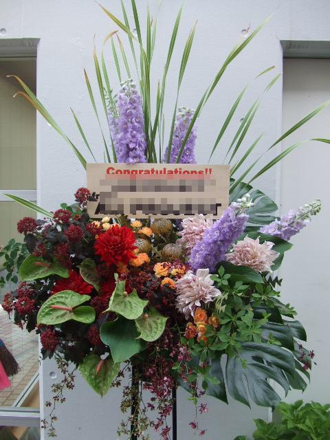 デルフィニュームが迫力のあるスタンド花(¥35000)
