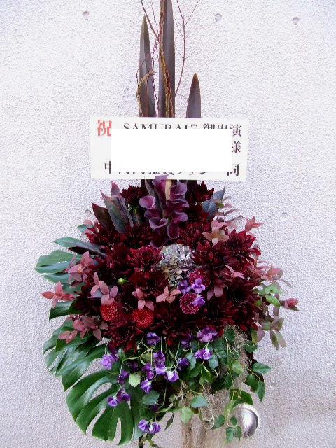 シャープなイメージのスタンド花(¥40000)